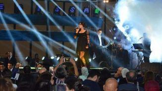 النجمة اللبنانية إليسا تداعب جمهورها فى مصر