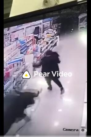 ثور هارب يطارد إمراءة داخل أحد المحلات