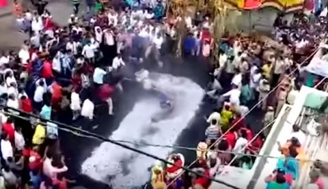 امرأة هندية تسقط على وجهها داخل جمر مشتعل أثناء طقوس السير عليه