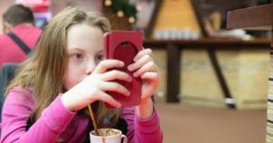 أضرار قضاء الأطفال كثيرا من الوقت أمام شاشات الموبايل