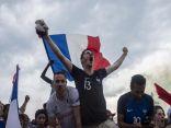 الجماهير الفرنسية تحتفل بالفوز بلقب كأس العالم للمرة الثانية في التاريخ