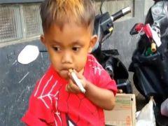 طفل إندونيسي يبلغ من العمر عامين يدخن 40 سيجارة يومياً.. والأم: تهدئ أعصابه
