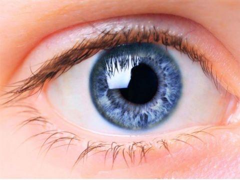 امرأة بريطانية تعثر على عدستها اللاصقة داخل عينها بعد 28 عاماً من فقدانها