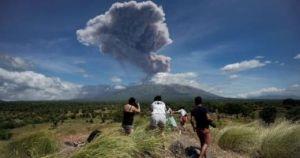 اخراج بركان بالى سحبا من الدخان والرماد في ثوران جديد