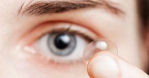 حماية عينيك أثناء وضع العدسات اللاصقة