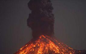 شاهد.. ظهور ومضات البرق خلال انفجار أشهر البراكين النشطة بإندونيسيا