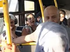 مقطع فيديو صادم لفتاة محجبة تتعرض لهجوم في إحدى حافلات النقل العام الأمريكية
