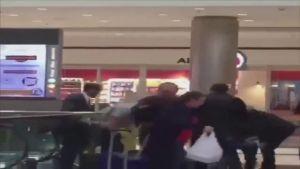 شاهد محاولة انتحار فاشله لمسافر في أحد المطارات الأمريكية