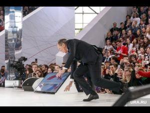 شاهد سقوط رئيس الخارجية الروسي علي المسرح أمام الجماهير في موسكو