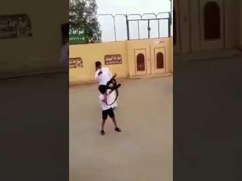 بالفيديو طفل يلهو بمدفع رشاش ويطلق الرصاص منه