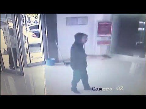 بالفيديو يحاول سرقة بنك بمسدس لعبة