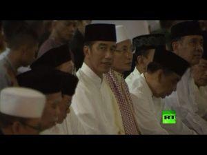 شاهد رئيس إندونيسيا يقيم صلاة التراويح فى أكبر مسجد ببلاده