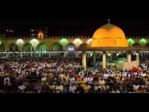 المصريون يتوافدون على مسجد عمرو بن العاص لأداء التروايح…. شاهد