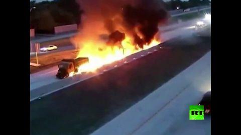شاهد إشتعال النار بشاحنة فى ولاية تكساس أثناء سيرها