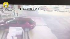 شاهد سيارة تتسبب بانفجار داخل محطة وقود