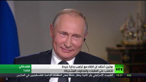 صحفي أمريكي يحاول تسليم بوتين تقريرا عن التدخل الروسي