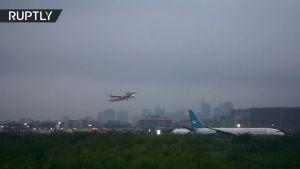 شاهد طائرة تنزلق على المدرج فى مطار مانيلا