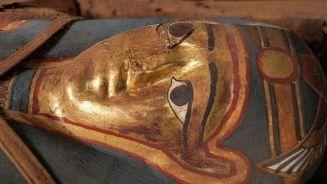 بعثة أثرية مصرية روسية تعثر على تابوت أثرى بطلمى فى الفيوم … صور