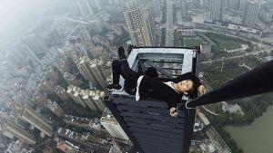 سقوط متسلق صينى أثناء تسلقه مبنه إرتفاعه 62 طابقا فى الصين