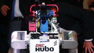 """الروبوت """"هوبو"""" (HUBO) يحمل شعلة الأولمبياد الشتوية فى كوريا الجنوبية"""