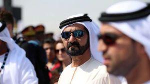حاكم دبى يساعد أسرة أوروبية علقت سيارتها في الرمال