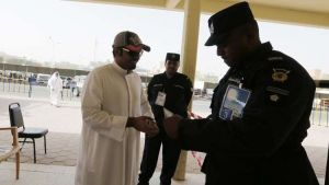 تورّط عسكري في وزارة الداخلية الكويتية بتزوير سمات الدخول للعمالة العربية والآسيوية مقابل مبالغ مالية.