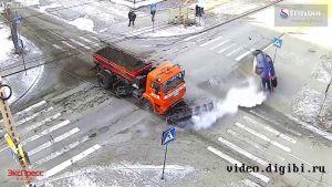 بالفيديو شاهد إصطدام عنيف بين سيارة وكاسحة جليد