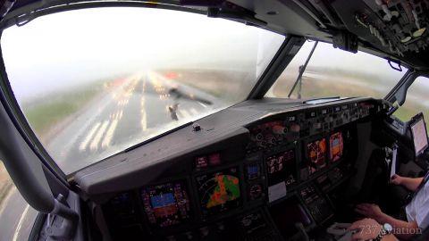 بالفيديو براعة طيار ومساعده فى الهبوط وسط عاصفة فى بالما دى مايوركا الأسبانية