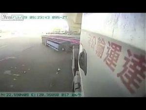 بالفيديو مصرع شخص فى بسبب تهور و رعونة سائق سيارة