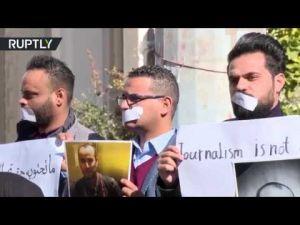 صحفيون ليبيون ينظمون في طرابلس وقفة احتجاجية ضد استهداف الصحفيين، وتضامنا مع عائلة المصور الصحفي محمد بن خليفة