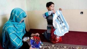 بالصور أسرة الطفل الأفغانى الذى أهداه ميسى قميصه يحكون مأساتهم مع طالبان