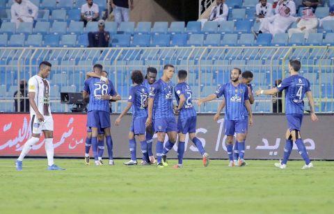 لاعب وسط الفريق الأول لكرة القدم بنادي الهلال يمنح التقدم لفريقه من زاوية صعبة