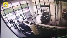 بالفيديو جولة تجريبية لسيارة BMW تتسبب فى تحطيم متجر