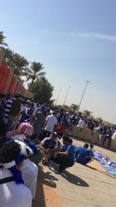 إدارة ملعب الملك فهد الدولي يضطر الي فتح مدرجات الملعب لجماهير نادي الهلال قبل الموعد بسبب كثافة الجماهير