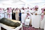 المكلف رياض الشيخ يؤدي صلاة الميت على الشهيد هديسي