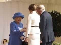 ترامب يثير حالة من الغضب بسبب كسره البروتوكول في لقاء ملكة بريطانيا
